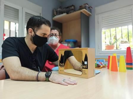La Terapia en espejo es una de las técnicas que utilizan las terapeutas ocupacionales de ADACE CLM para mejorar la calidad de vida de las personas con daño cerebral sobrevenido de Castilla-La Mancha